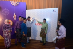 Barisan pengurusan kanan UDA Holdings Berhad menampal 'pledge' di dinding UDA Cares, do good. feel good.
